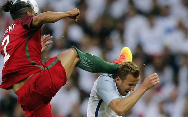 Patada de Brune Alves a Kane en partido Portugal Inglaterra